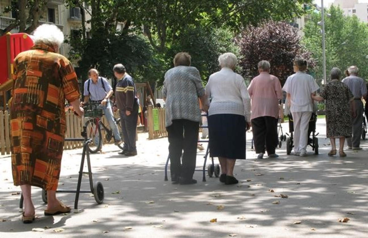 Un grupo de jubilados junto a una residencia de ancianos de Barcelona.