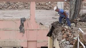 Un trabajador con arnés de protección pero sin anclar, en una obra de Barcelona accidentes laborales seguridad