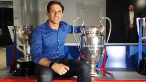 Belletti posa con la Copa de Europa en la fiesta de bienvenida que ofreció el Barça en Nueva York.