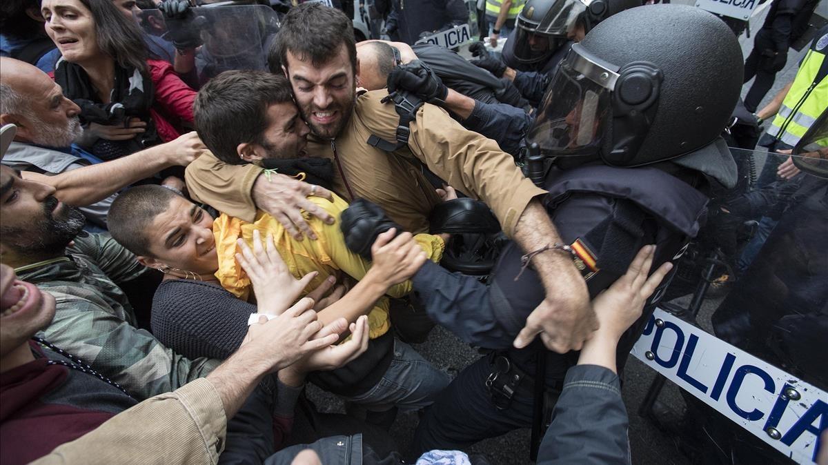 Enfrentamientos en el colegio electoral Ramon Llull