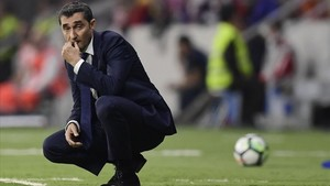 marcosl40540707 barcelona s spanish coach ernesto valverde follows the game 171015170911