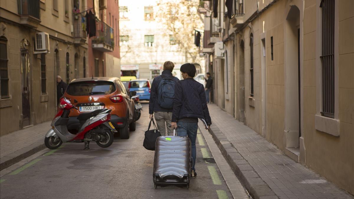 zentauroepp36850528 barcelona 12 01 2017 maletas de turistas en la barceloneta 171130192811