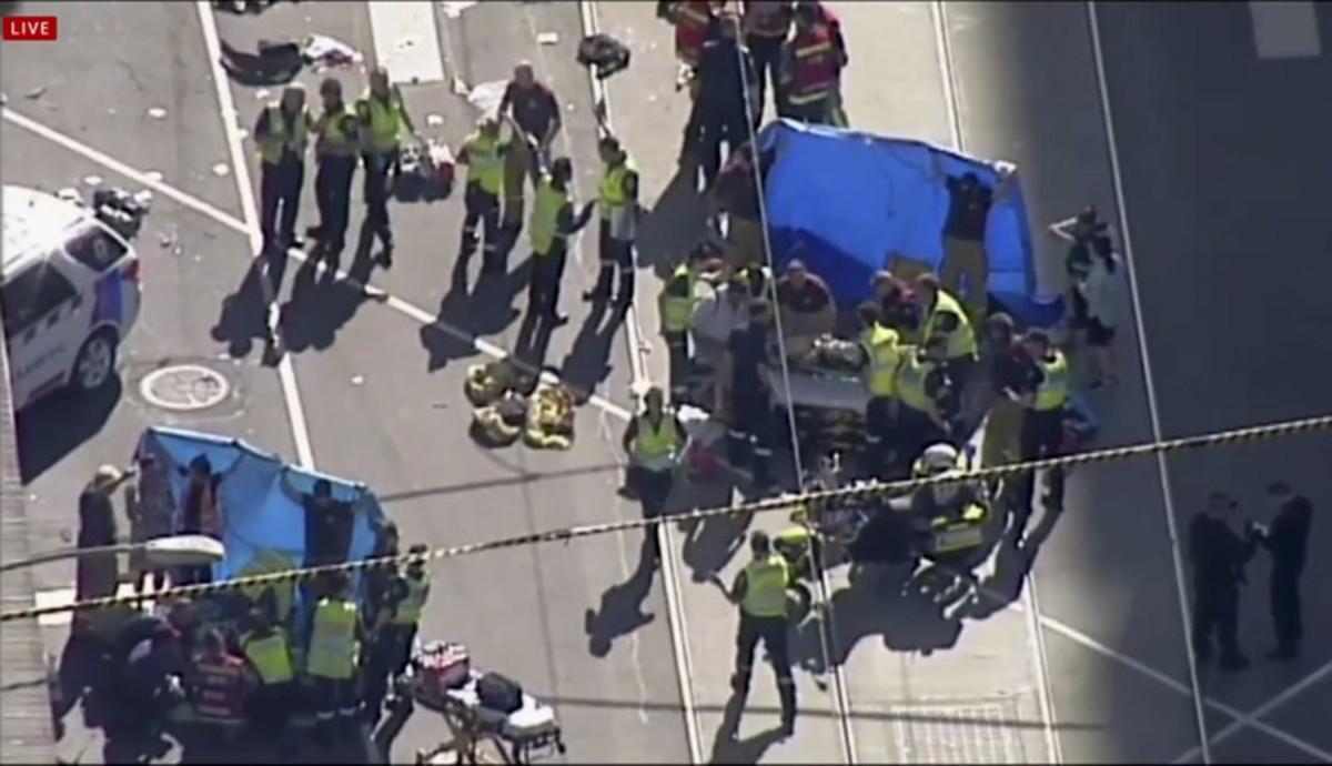 Los servicios de emergencias atienden a varios de los heridos en el atropello, este jueves en Melbourne.
