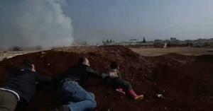 Un niño y dos adultos se esconden tras el ataque con misil contra el campo de desplazados en la provincia de Idleb.