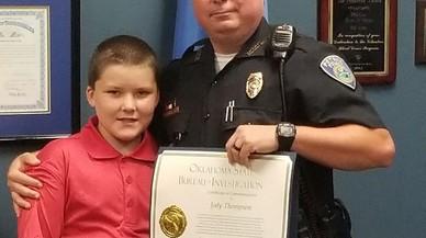 Un policia adopta el nen de 8 anys a qui va salvar del maltractament
