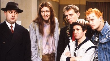 Alexei Sayle (Balowski) y Nigel Planer (Neil), los dos primeros empezando por la izquierda en esta imagen de los personajes de la serie 'Els joves'.