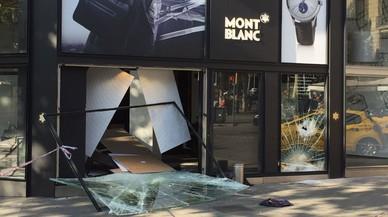 El escaparate de la tienda Montblanc de Passeig de Gr�cia, destrozado tras un supuesto alunizaje.