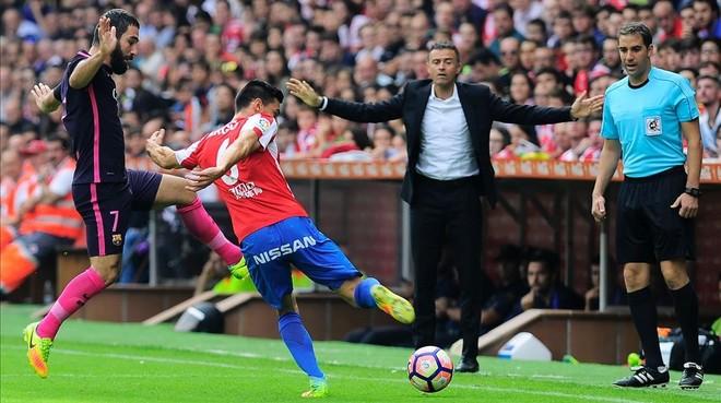 Arda Turan y Sergio �lvarez luchan por un bal�n delante de Luis Enrique en El Molin�n.