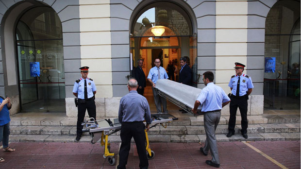 Els forenses acaben a mitjanit l'anàlisi del cadàver de Salvador Dalí al Teatre-Museu de Figueres