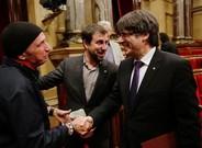 El 'president' Puigdemont saluda a Lluís Llach, este miércoles en el Parlament.