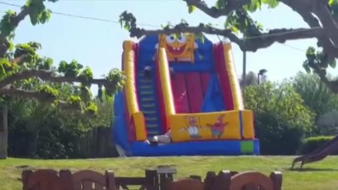 Una nena mor després de sortir volant un castell inflable a Caldes de Malavella