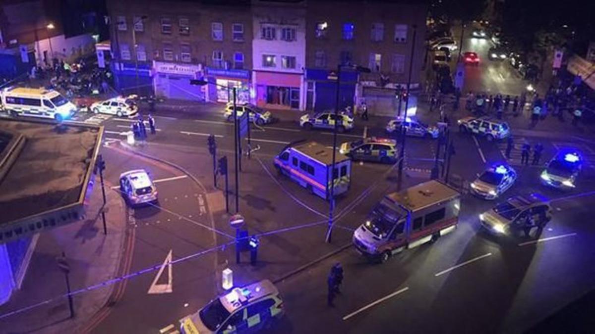 Resultado de imagen de Un muerto y diez heridos en un atropello intencionado junto a una mezquita en Londres