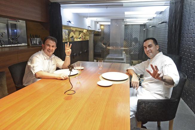 Martín Berasategui y Paolo Casagrande, tras conocer que su restaurante, Lasarte, había sido galardonado con la tercera estrella Michelin en la guía del 2017.