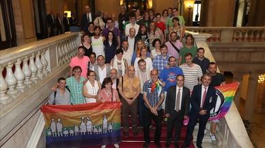 Diferentes colectivos, acompa�ados de representantes de partidos pol�ticos,celebran en el Parlament la aprobaci�n de la ley antihomofobia.