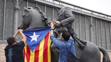 Les joventuts d'Esquerra pengen una estelada a l'estàtua decapitada de Franco