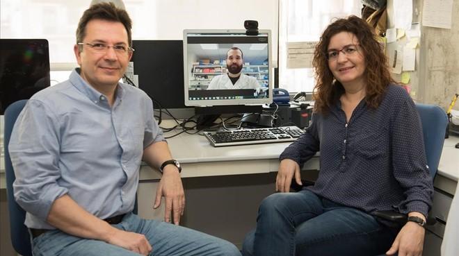 Los investigadores Raúl Méndez (IRB Barcelona)yCristina Fillat (Idibaps-Clínic), coordinadores del trabajo. En la 'webcam', Eneko Villanueva, primer firmante del artículo.