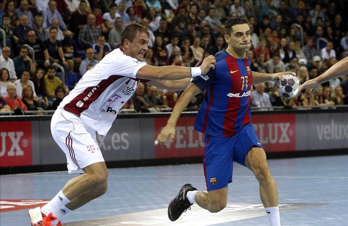 El lateral azulgrana Kiri Lazarov busca porter�a en una acci�n del partido