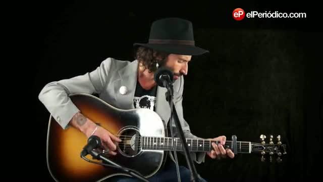 El cantante, Miguel Leiva, interpreta la canci�n 'Eme' para EL PERI�DICO.