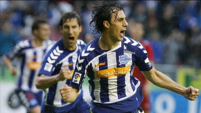 Los jugadores del Alav�s Pelegr�n y Borda celebran uno de los goles del equipo que certificaron su ascenso.