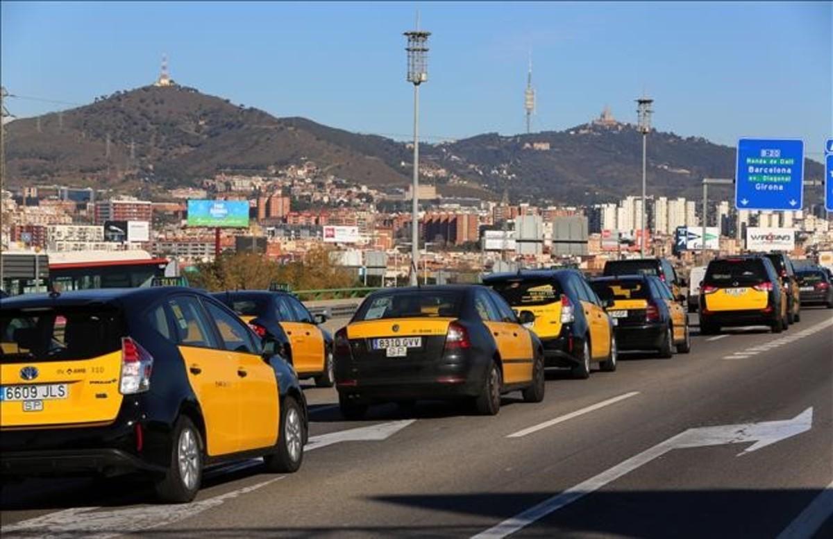 Por un servicio del taxi regulado