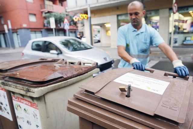 Girona pone candados a la basura de los súper para que los pobres no cojan comida
