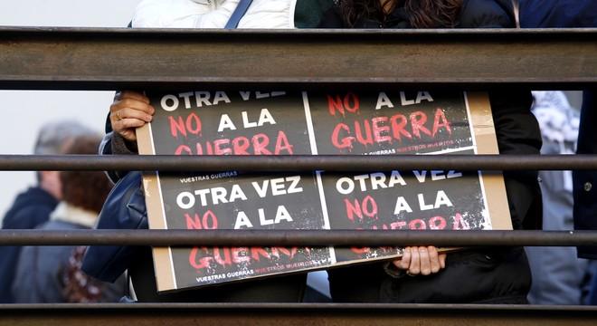 Pancarta exhibida en la manifestaci�n contra la guerra, en Madrid.