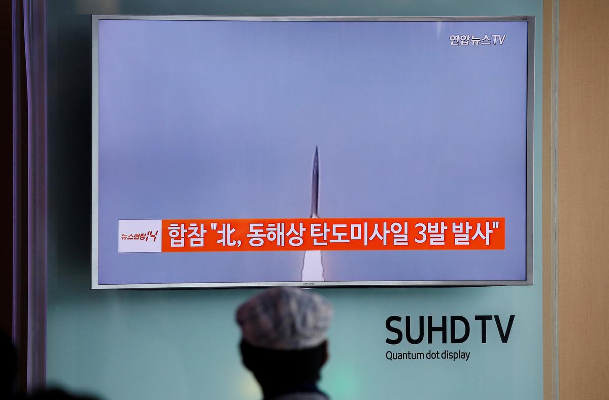 Corea del Norte dispara tres misiles balísticos de medio alcance