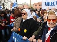 La presidenta de la asociación argentina Madres de Plaza de Mayo, Hebe de Bonafini, junto a cientos de seguidores ayer en Buenos Aires.