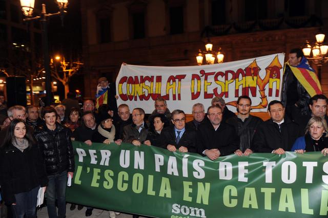 Un millar de personas se manifiestan en Lleida en defensa del catal�n en la escuela
