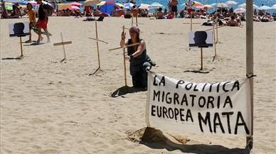 Cruces en la playa de Barcelona para recordar a los muertos del Mediterráneo