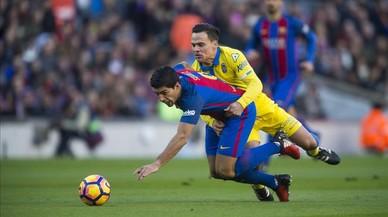 Roque Mesa comete falta sobre Suárez en el Barça-Las Palmas del Camp Nou.