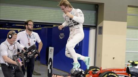 Rosberg salta sobre el coche tras ganar en Abud Dabi.