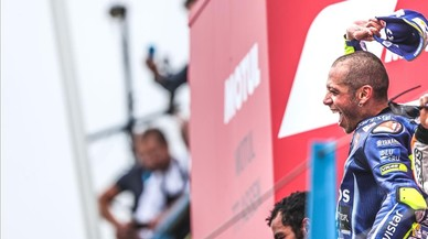 Rossi saluda a sus fans desde el podio de Assen.