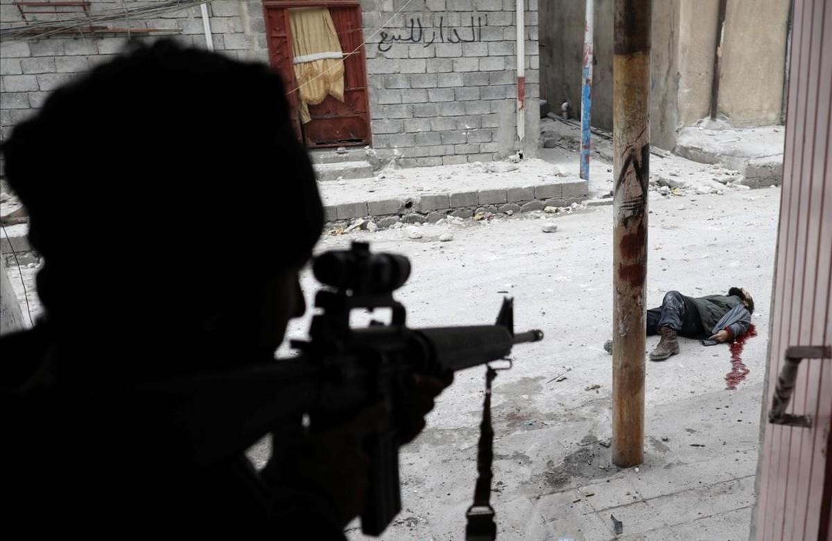Un soldado de las fuerzas especiales iraquíes abate a unguerrilero del estado islámico en Mosul, Irak.