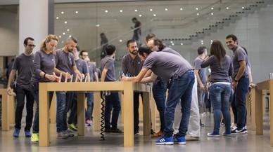Trabajadores de la tienda Apple del paseo de Gr�cia de Barcelona.