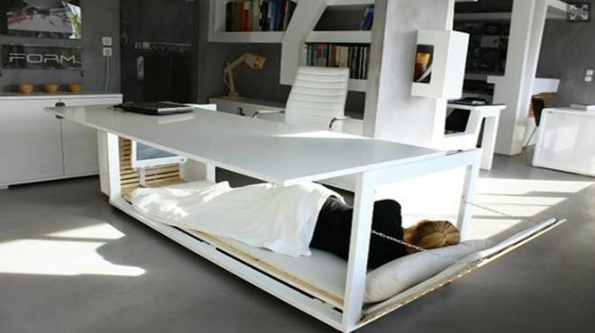 diseadores griegos crean una mesa de despacho que se transforma en cama para poder echar la