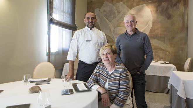 El cocinero Xavier Franco con los propietarios de Les Magnòlies, Isidre Fradera y Roser Gumà.
