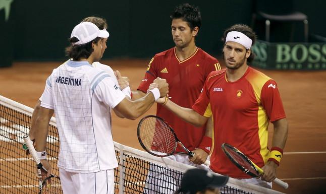 Los tenistas argentinos David Nalbandian (izquierda, detrás) y Eduardo Schwank (izquierda) saludan a los tenistas Feliciano López (derecha) y Fernando Verdasco, tras vencer el tercer partido de la final de la Copa Davis. JOSÉ MANUEL VIDAL | EFE