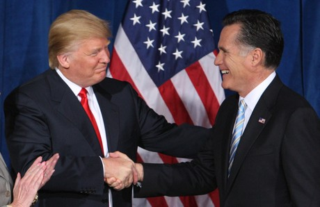 El multimillonario Donald Trump saluda a Mitt Romney, el da que oficializ su apoyo al candidato republicano, el pasado febrero. 