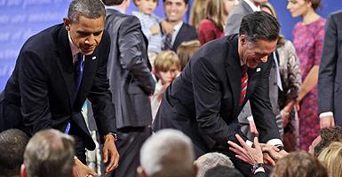 Obama y Romney saludan a los asistentes al tercer debate, el lunes, en Boca Ratón (Florida). AP