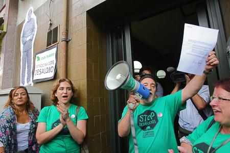 La PAH de Barcelona trata de parar el cuarto intento de desahucio de Matías, en la calle Gran de Sant Andreu, el pasado septiembre.
