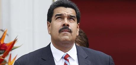 Maduro mira al cielo.