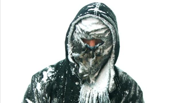 Un hombre cubierto de nieve en Muskegon, Michigan.
