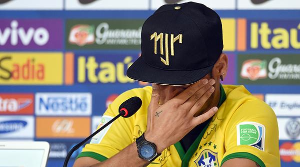 El delantero brasileño relata entre lágrimas la entrada de Zúñiga, que le rompió la tercera vértebra de un rodillazo.