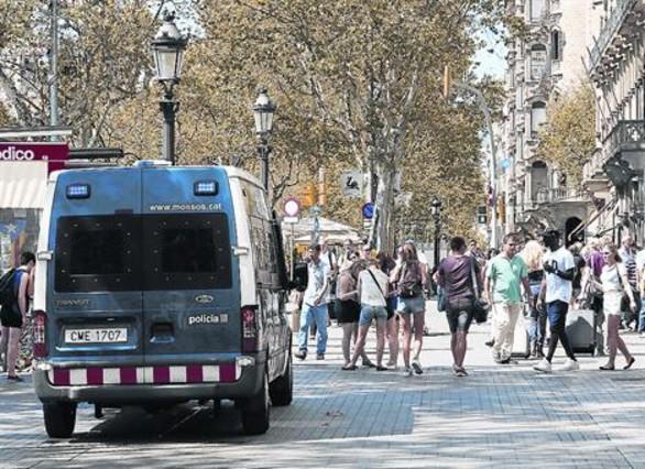 Patrulla de los Mossos que se sumó ayer a la Guardia Urbana contra el top manta en el paseo de Gràcia.