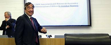 El presidente de la CEOE, Juan Rosell, se dirige a ocupar su silla en la junta directiva que celebr� la patronal el pasado d�a 15 en Madrid.