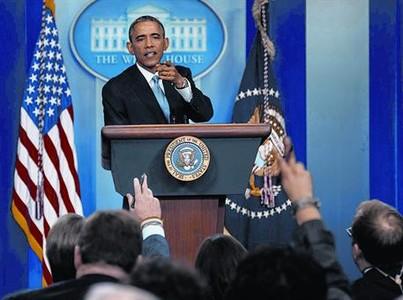Barack Obama se dirige a un periodista durante la rueda de prensa de ayer.
