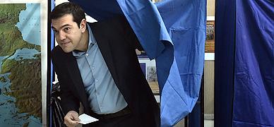 Alexis Tsipras, l�der de Syriza, con la papeleta para votar hoy en Atenas
