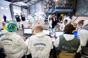 Forenses de la Gendarmería francesa trabajan en los restos de los pasajeros del avión.