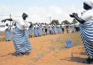 Mujeres de la oenegé por la paz WIPNET cantan y rezan en Monrovia, el viernes, para reclamar que la OMS declarara ayer Liberia libre de ébola.